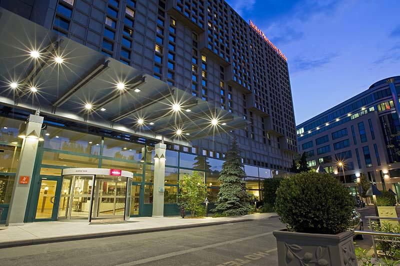 Hotel Mercure Buda facciata di notte viaggi dentali low cost